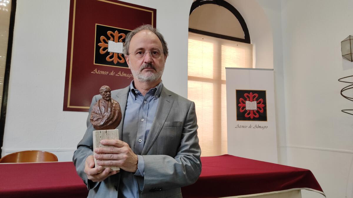 López-Arza entregó la estatuilla del Clavero al Ateneo de Almagro